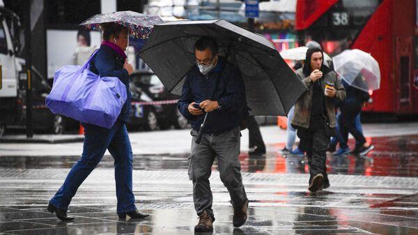 Люди под дождем - Sputnik Грузия
