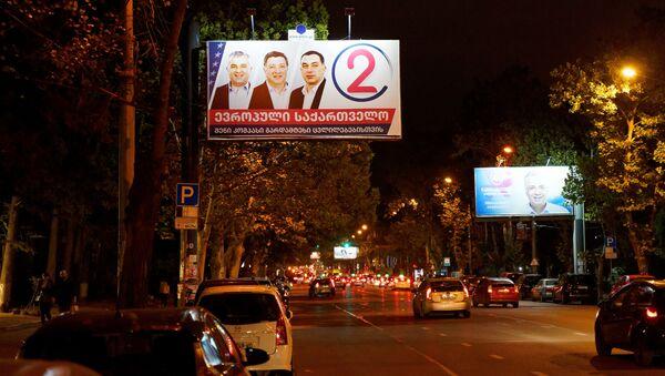Предвыборная символика. Баннеры партий Европейская Грузия и Грузинская мечта в Сабуртало - Sputnik Грузия