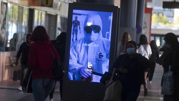 Пандемия коронавируса COVID - 19 - люди в масках на улицах Мадрида, Испания - Sputnik Грузия
