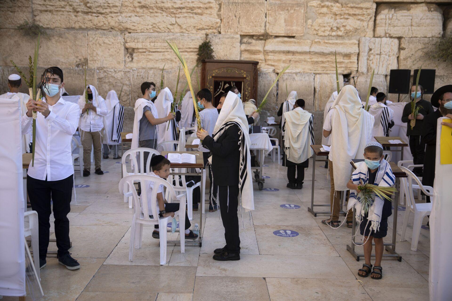 Пандемия COVID-19. Верующие евреи в масках во время праздника Суккот, старый город. Иерусалим, Израиль - Sputnik Грузия, 1920, 19.09.2021