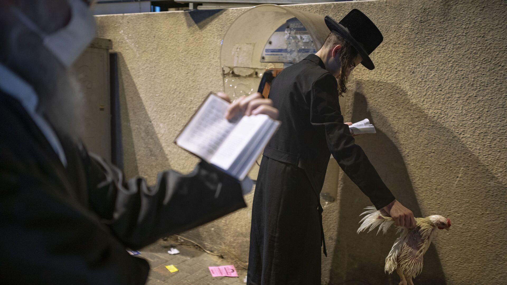 Пандемия COVID-19. Верующие евреи за молитвой в масках из-за коронавируса. Бней-Брак, Израиль - Sputnik Грузия, 1920, 16.05.2021
