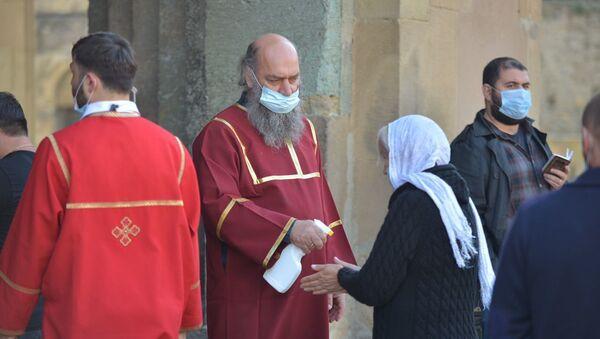 Празднование Светицховлоба во время пандемии коронавируса. Верующие у входа в храм Светицховели - термоскрининг - Sputnik Грузия