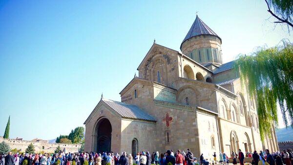 Празднование Светицховлоба во время пандемии коронавируса. Верующие у входа в храм Светицховели  - Sputnik Грузия