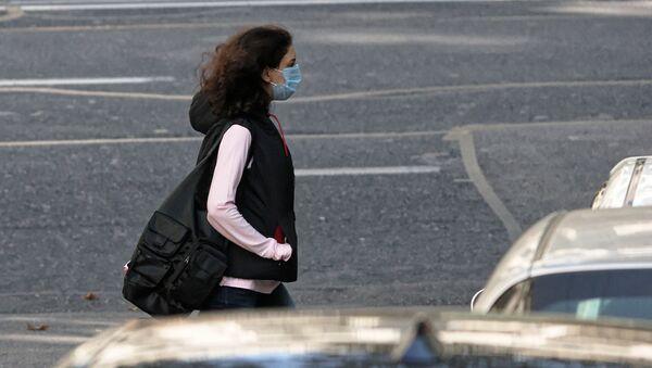 პანდემია. გოგონა ქუჩაში პირბადით - Sputnik საქართველო