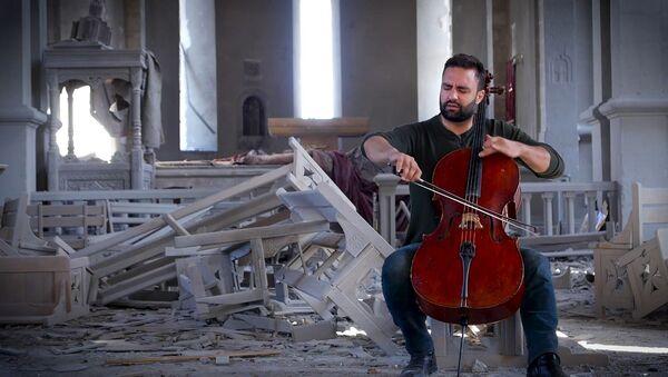 Бельгийский музыкант сыграл на виолончели в разрушенном соборе в Шуши - видео - Sputnik Грузия