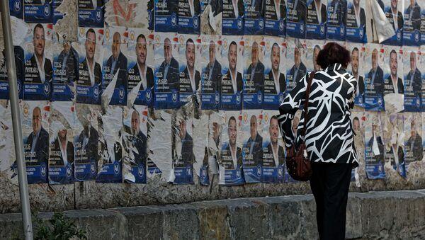 Предвыборная символика 2020. Плакаты партий, расклеенные на заборах - Sputnik Грузия