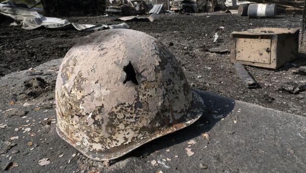 Нагорный Карабах - Мартакерт. Пробитая военная каска после обстрела - Sputnik Грузия