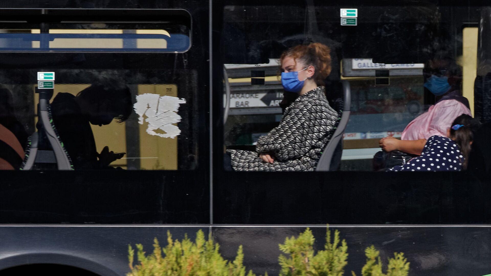 Пассажиры в автобусе в масках во время эпидемии коронавируса - Sputnik Грузия, 1920, 27.09.2021
