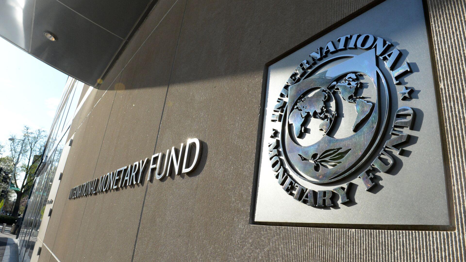 Табличка с логотипом Международного валютного фонда на стене здания МВФ - Sputnik Грузия, 1920, 03.09.2021