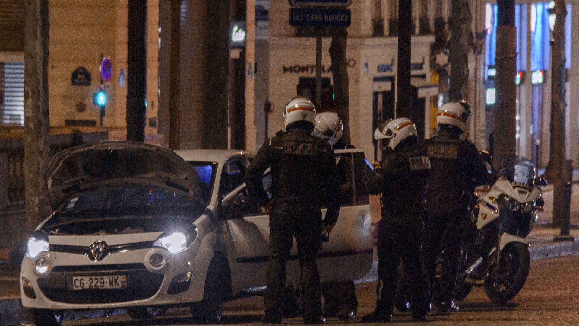 Полицейские досматривают автомобиль во время комендантского часа в Париже - Sputnik Грузия, 1920, 08.06.2021
