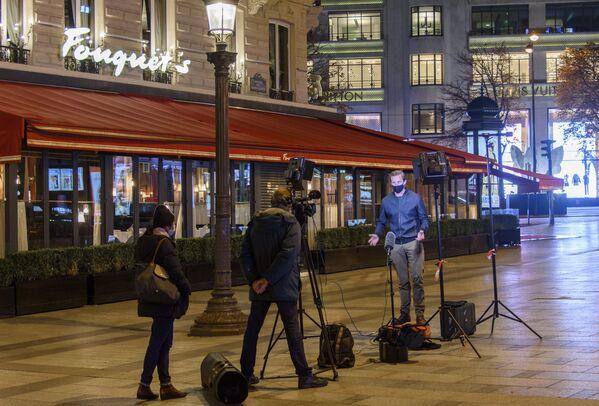 К примеру, за нахождение на улице без достаточного основания может быть наложен штраф в размере 135 евро - Sputnik Грузия