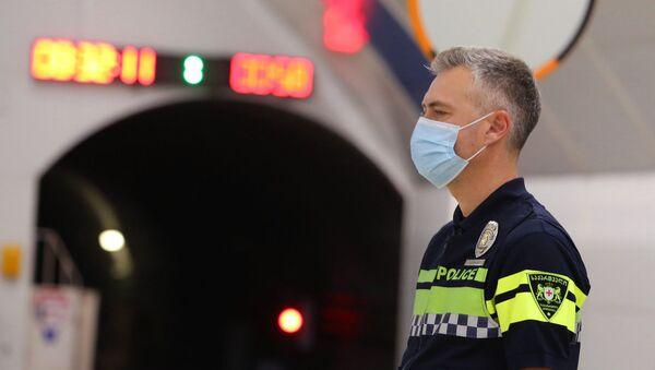 Эпидемия коронавируса. Полицейские следят за обязательным ношением масок в тбилисском метро - Sputnik Грузия