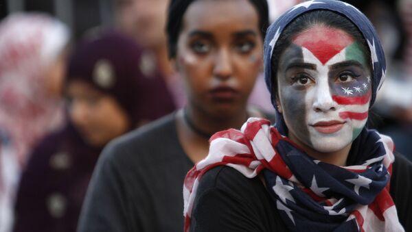 Девушка принимает участие в митинге Американцы против терроризма, ненависти и насилия в Вашингтоне - Sputnik Грузия
