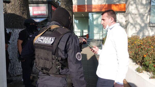 Директор департамента полиции Самегрело - Земо Сванети Авто Галдава (справа). Спецоперация по освобождению заложников в филиале Банка Грузии в Зугдиди - Sputnik Грузия