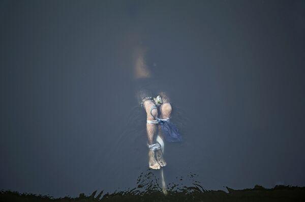 В номинации Главные новости первое место среди одиночных работ занял пронзительный кадр Линзи Биллинг из Великобритании Похороненная справедливость - Sputnik Грузия