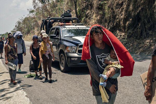 Лучшей серией в номинации Главные новости стала фотографическая роуд-стори француза Жофрэ Гиймара Южная граница о долгом пути мигрантов из Центральной Америки, Гаити, Африки, Кубы к американской мечте - Sputnik Грузия