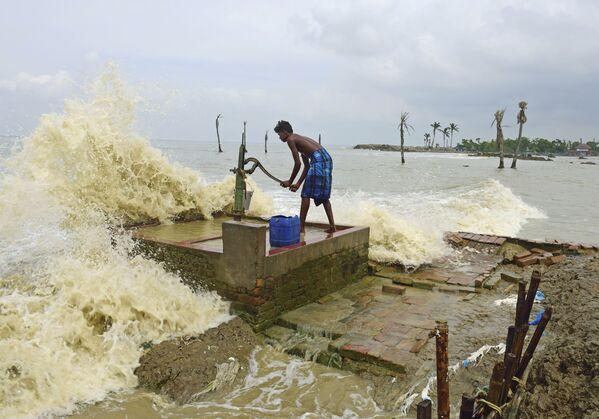 Жизнь на краю репортера из Калькутты Сумита Санья, посвященная жителям острова Мусуни, у которого море постепенно отвоевывает сушу, оказалась лучшей одиночной работой в номинации Моя планета - Sputnik Грузия