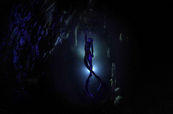 Визуальная фантасмагория турецкого фотографа Шебнем Кошкун, героиня которой, фридрайвер Сахика Эркумен, тренируется в пещере Гилиндире, стала лучшей одиночной работой в спортивной номинации - Sputnik Грузия