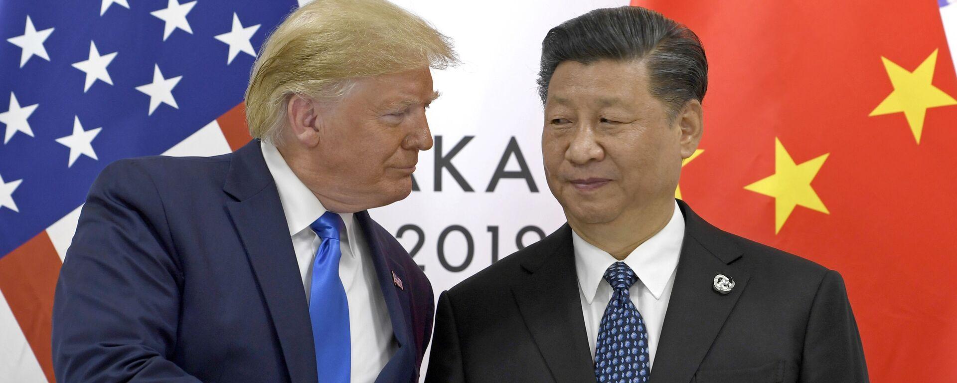 Президент США Дональд Трамп и глава КНР Си Цзиньпин на встрече в рамках саммита G20 в Осаке - Sputnik Грузия, 1920, 26.10.2020