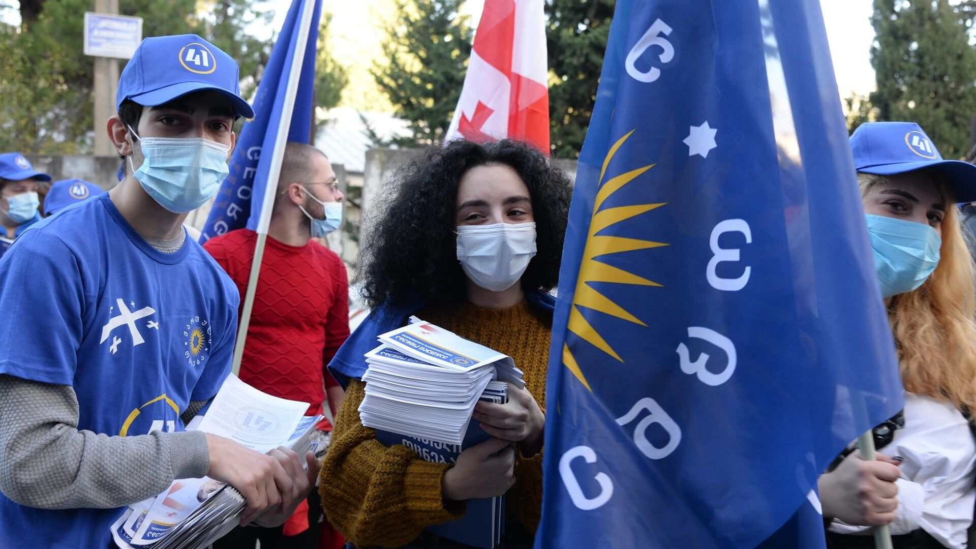 Предвыборная агитация. Партия Грузинская мечта. Активисты в масках во время эпидемии коронавируса - Sputnik Грузия, 1920, 18.09.2021