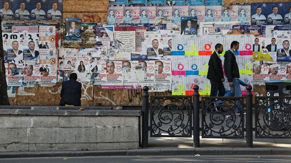 Предвыборная символика. Расклеенные на улице плакаты разных партий - Sputnik Грузия