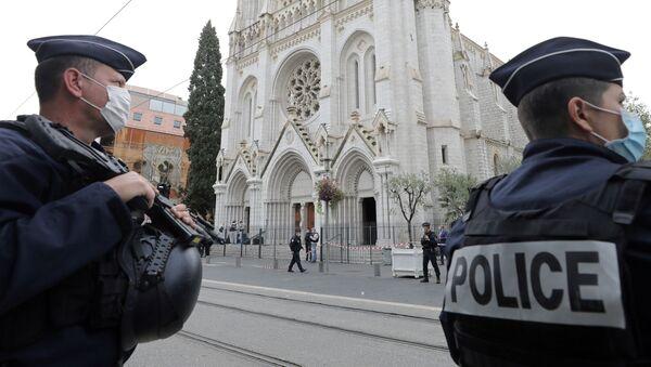 Сотрудники полиции в Ницце у собора Нотр-Дам на месте террористического нападения - Sputnik Грузия