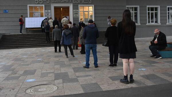 Парламентские выборы в Грузии 2020 - избиратели у участка - Sputnik Грузия