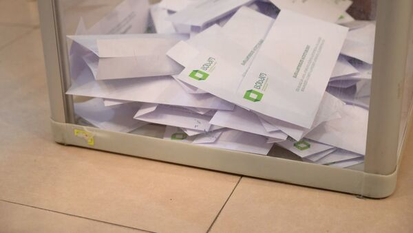 Парламентские выборы в Грузии 2020 - урна для голосования с бюллетенями - Sputnik Грузия