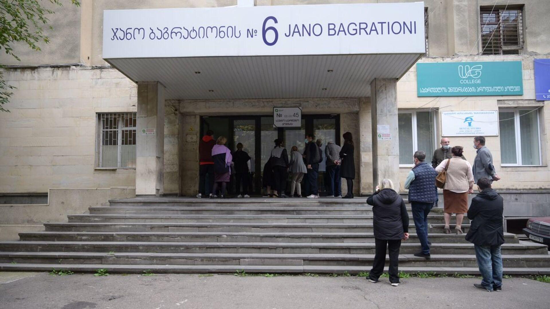 Избиратели у входа на участок в Сабуртало. Очередь - Sputnik Грузия, 1920, 02.10.2021