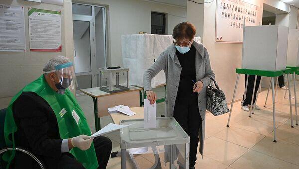 Парламентские выборы 2020. Избиратели принимают участие в голосовании - Sputnik Грузия
