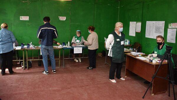 Зугдиди. Парламентские выборы 2020. Избиратели участвуют в голосовании - Sputnik Грузия