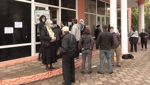 Зугдиди. Парламентские выборы 2020. Избиратели ждут у участка. Очередь - Sputnik Грузия