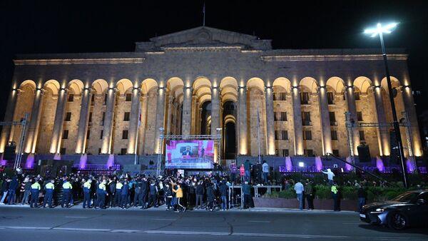 Партия Единое нацдвижение собрала сторонников у парламента после выборов - Sputnik Грузия