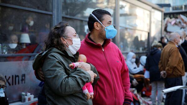 Пандемия коронавируса COVID 19 и последствия землетрясения в Турции. Люди на месте бедствия в масках и респираторах - Sputnik Грузия