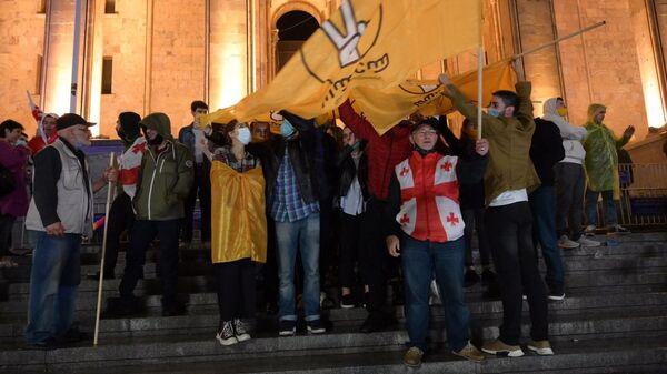 Активисты оппозиции у здания парламента Грузии. 02.11.2020 - Sputnik Грузия