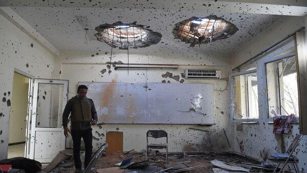 Поврежденный класс в Национальном центре юридической подготовки на следующий день после нападения на университет в Кабуле, Афганистан - Sputnik Грузия