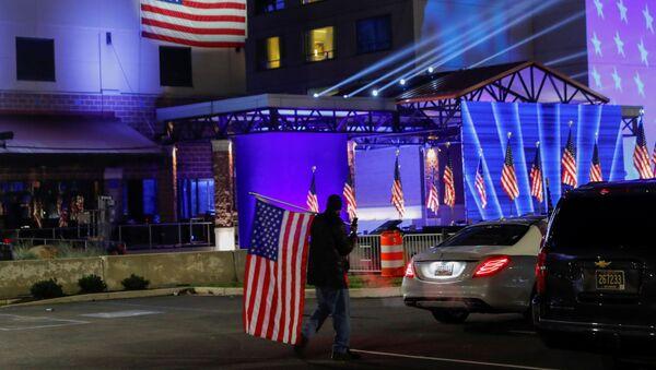 Сторонник Байдена с флагом в день выборов президента в штате Делавер, США - Sputnik Грузия