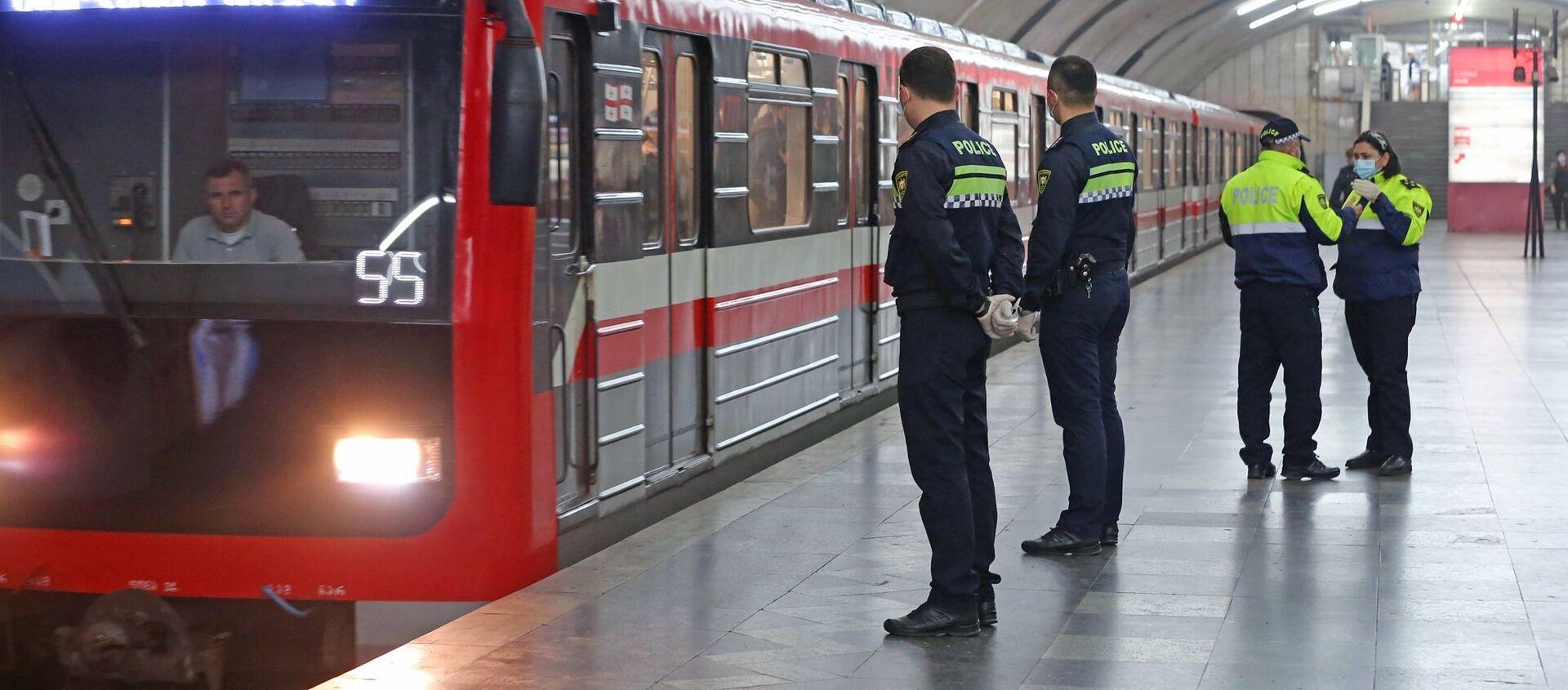 Патрульные полицейские следят за порядком в метро во время эпидемии коронавируса - Sputnik Грузия, 1920, 04.02.2021