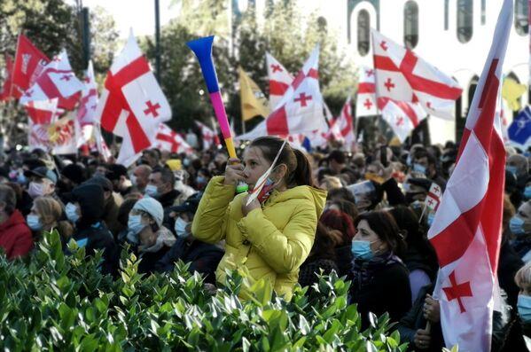 Также участники протеста принесли с собой вувузеллы - похоже, исполняемые ими звуки уже становятся традиционным способом выражения негативной политической реакции - Sputnik Грузия