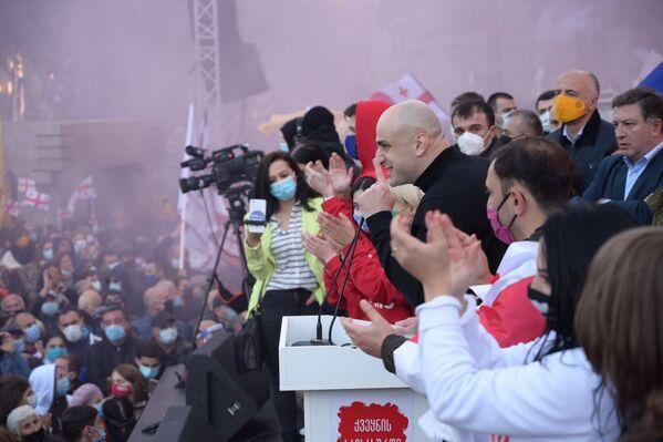 А вот выступающие перед собравшимися политики были без масок - Sputnik Грузия