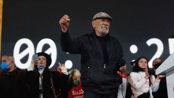 Вахтанг Кикабидзе. Масштабная акция протеста оппозиции в воскресенье 8 ноября 2020 перед зданием парламента Грузии  - Sputnik Грузия