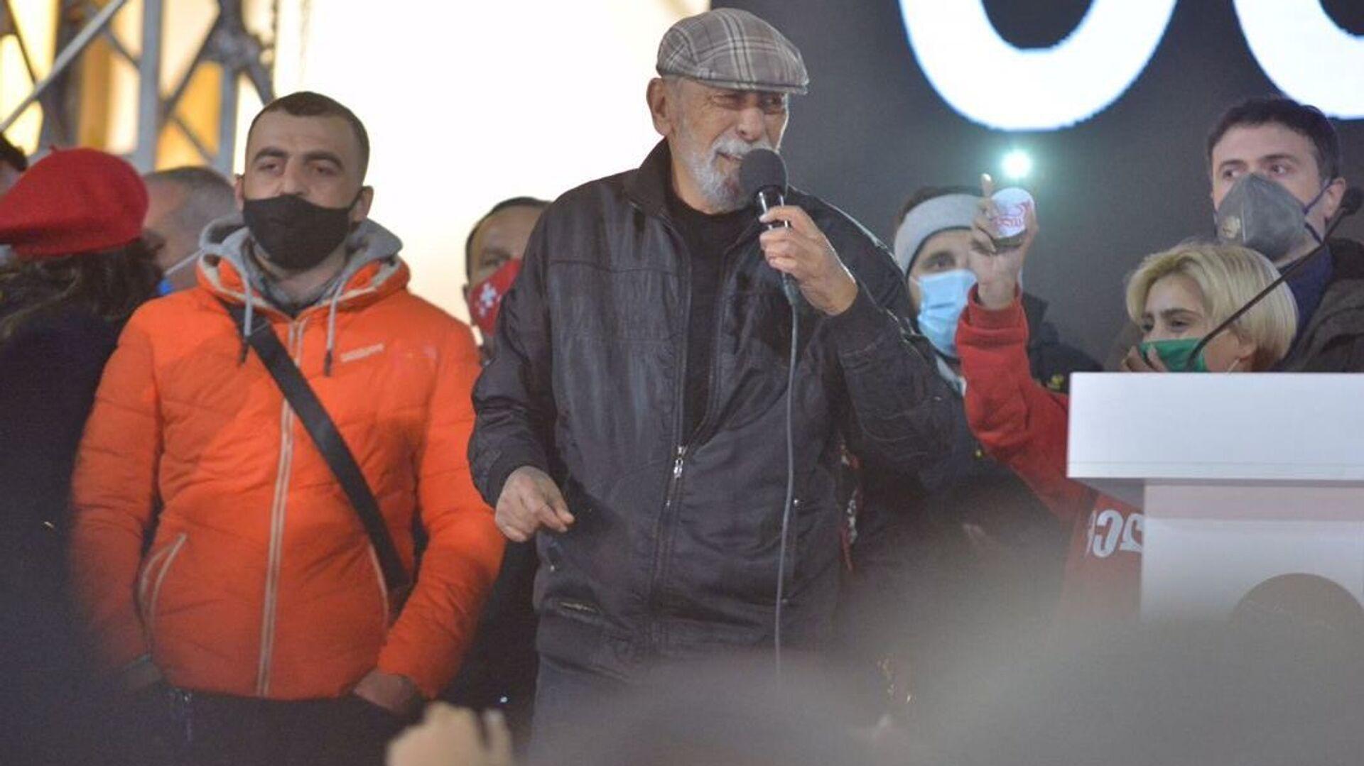 Вахтанг Кикабидзе. Масштабная акция протеста оппозиции в воскресенье 8 ноября 2020 перед зданием парламента Грузии  - Sputnik Грузия, 1920, 12.10.2021