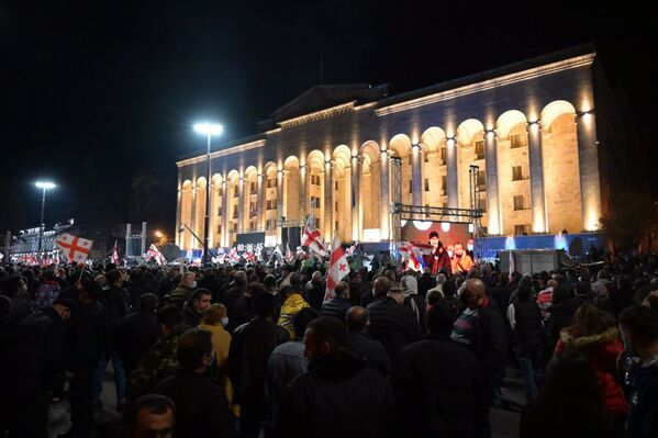 А вот в Тбилиси у парламента митинг продолжатся до истечения срока ультиматума - до 20:00 - Sputnik Грузия