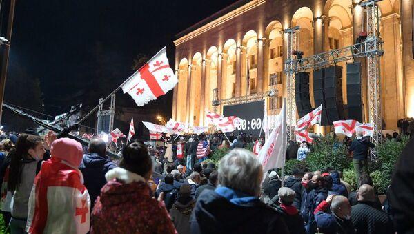 Масштабная акция протеста оппозиции в воскресенье 8 ноября 2020 перед зданием парламента Грузии - Sputnik Грузия