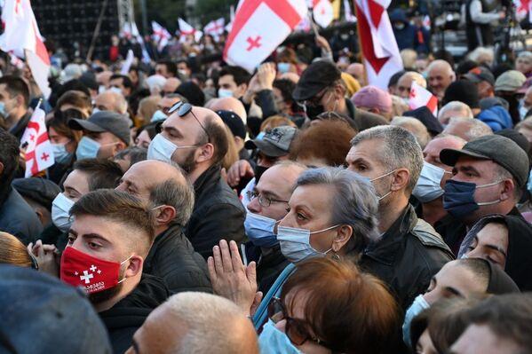 Практически все участники акции были в масках - хоть дистанцию соблюдать и не получалось - Sputnik Грузия