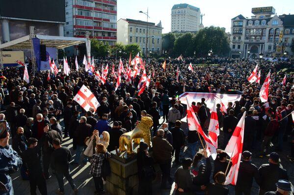В курортном Батуми объединенная оппозиция тоже вывела на улицы города тысячи людей, параллельно с акцией в Тбилиси - Sputnik Грузия