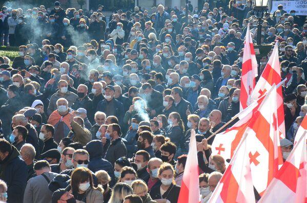 Как и в столице, большинство протестующих были в масках - Sputnik Грузия