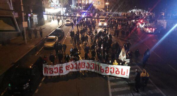 Затем участники акции протеста решили пройти шествием до здания ЦИК Грузии и заблокировать его - Sputnik Грузия