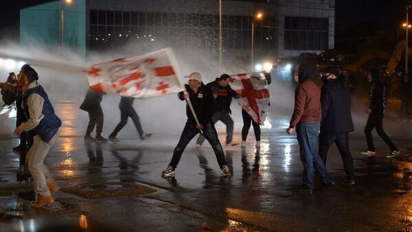 Ситуация у здания ЦИК. Полиция применила водометы против демонстрантов 8 ноября 2020 - Sputnik Грузия