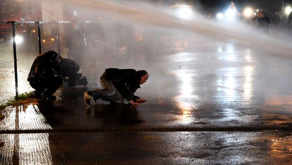 Ситуация у здания ЦИК. Полиция применила водометы против демонстрантов 8 ноября 2020 года - Sputnik Грузия